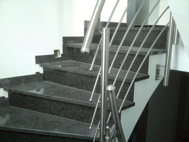 Treppe mit Edelstahlgeländer und LED-Vorbereitung